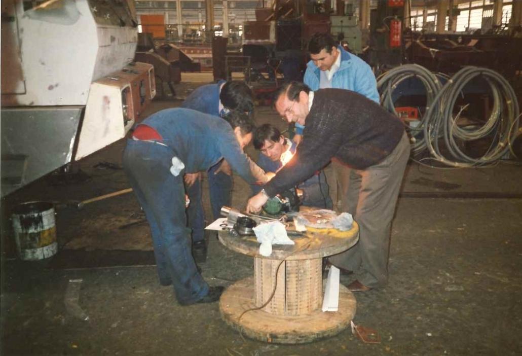 El Sr. Josep Serrat en plena colaboración con los mecanicos de LUNA